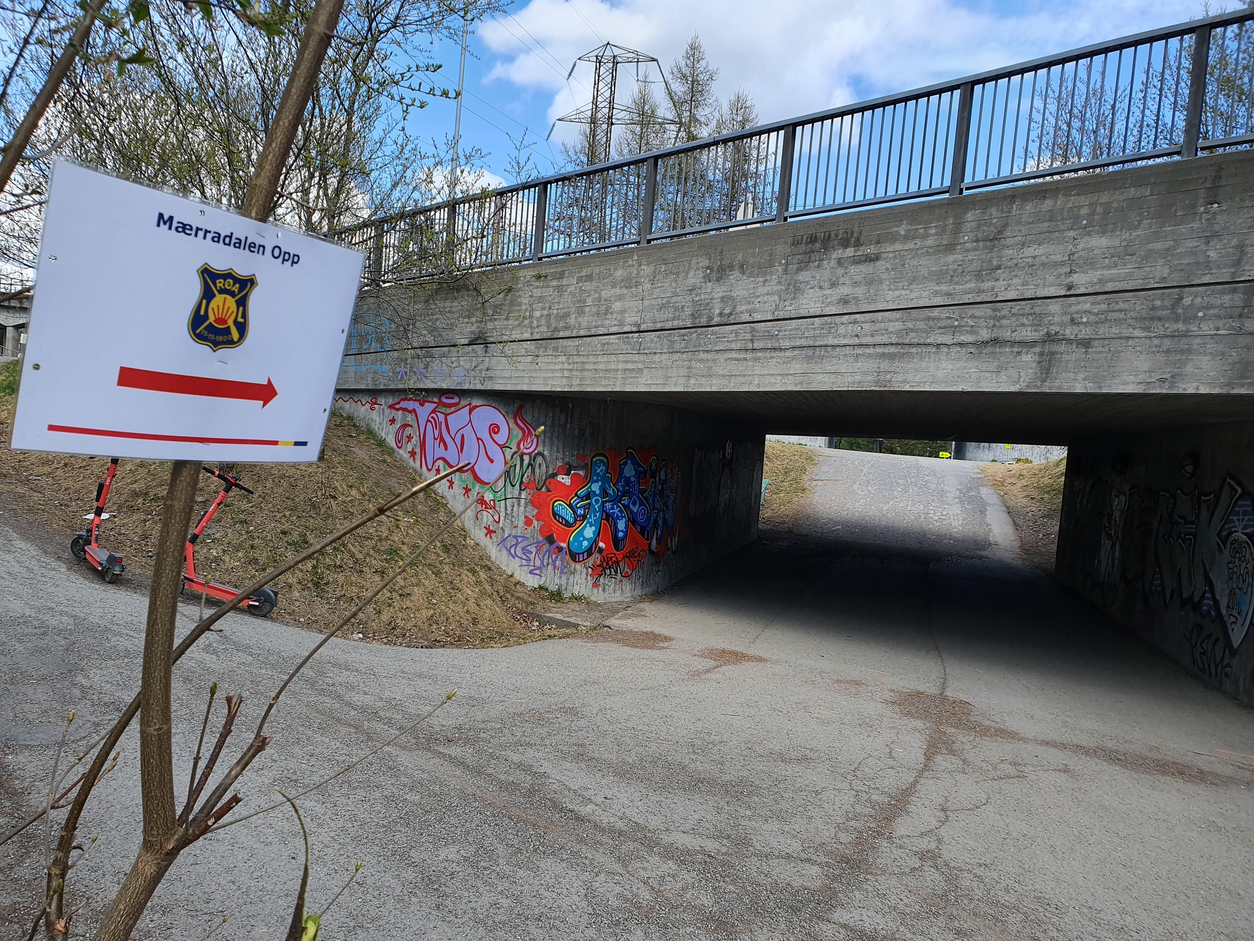 Ved Sørkedalsveien skal man under begge broene før man løper opp Hovseterdalen.